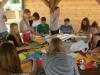 młodzież przy pracach średniowiecznych tarcz