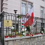kwiaty i znicze przed ambasadą RP w Budapeszcie w kwietniu 2010